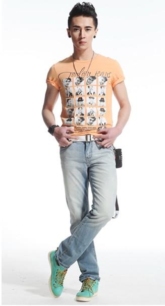 成熟男人的经典搭配就是t恤加牛仔裤,时尚的图案配上鲜明的颜色能够